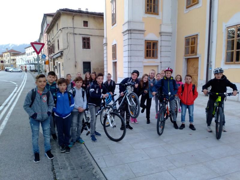 Trajnostna mobilnost – Gremo peš s kokoško Rozi v 6.b razredu